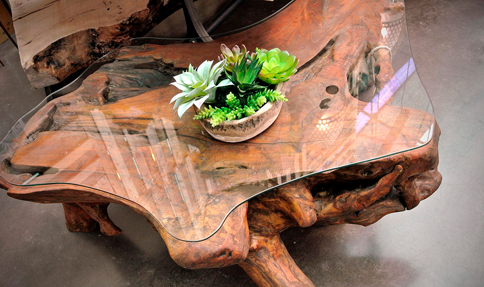 Mueble de madera con cristal