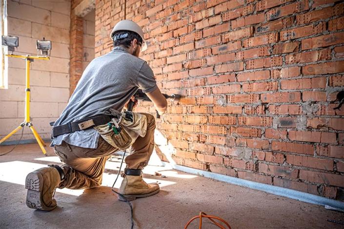 constructor reformando una pared
