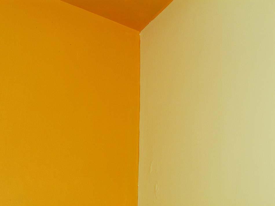 Habitación con pintura naranja