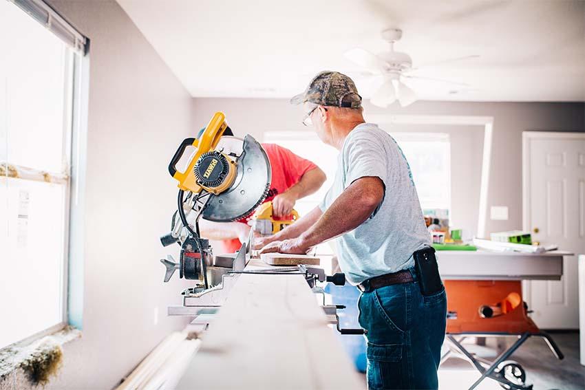 hombres cortando tablones